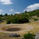 Lebensraum und Laichgewässer von Pelodytes punctatus. Metamorphlinge halten sich unter Steinen in der nahezu ausgetrockneten Schaftränke auf, La Couvertoirade, Département Aveyron, Midi-Pyrénées, 13.07.2009, Foto A.+Ch. Nöllert.